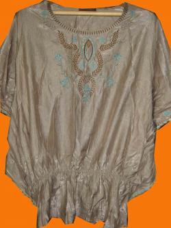 ขายแล้วค่ะ T19:2nd hand topเสื้อเนื้อผ้าเหลือบมันสีโอวัลตินอ่อน ปักลายสวยที่หน้าอก&#x2764