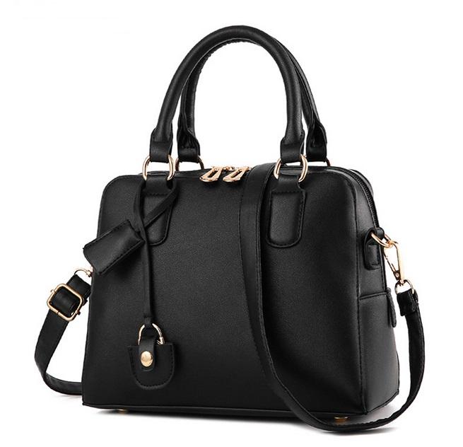 [ Pre-Order ] - กระเป๋าแฟชั่น ถือ/สะพาย สีดำคลาสสิค ทรงสี่เหลี่ยมตั้งได้ ใบกลางๆ ดีไซน์สวยเรียบหรู ดูดี งานหนังคุณภาพ คุ้มค่าการใข้งาน