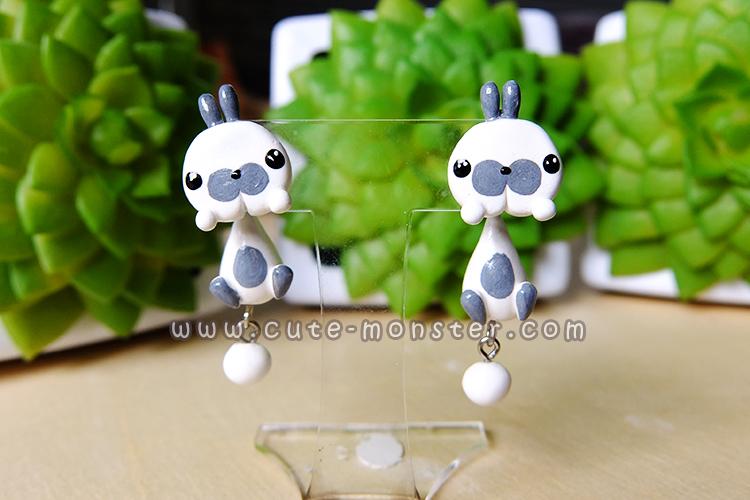 ต่างหูดินปั้น กระต่ายสีขาวแต้มเทา Bunny gray & white Earrings