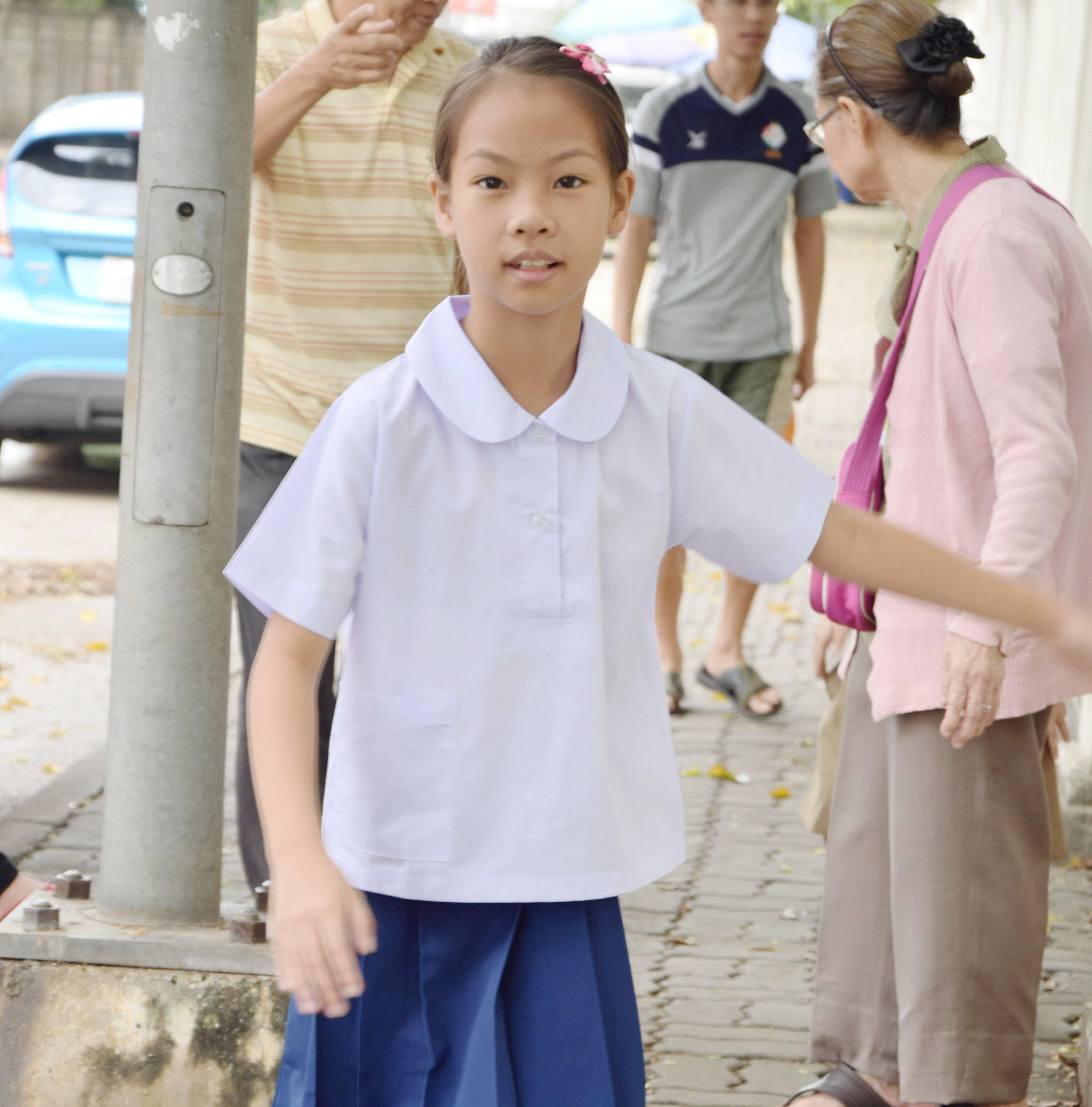 ( มาตราฐาน Muangdek ) เสื้อนักเรียนหญิง คอบัว แขนเรียบ กระเป๋าล่าง