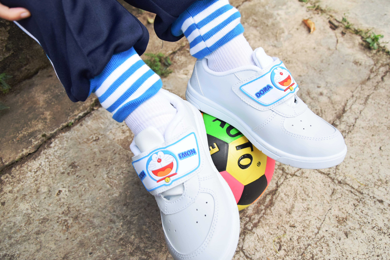 รองเท้าพละเด็กอนุบาล ลาย Doraemon แบบเมจิกเทป
