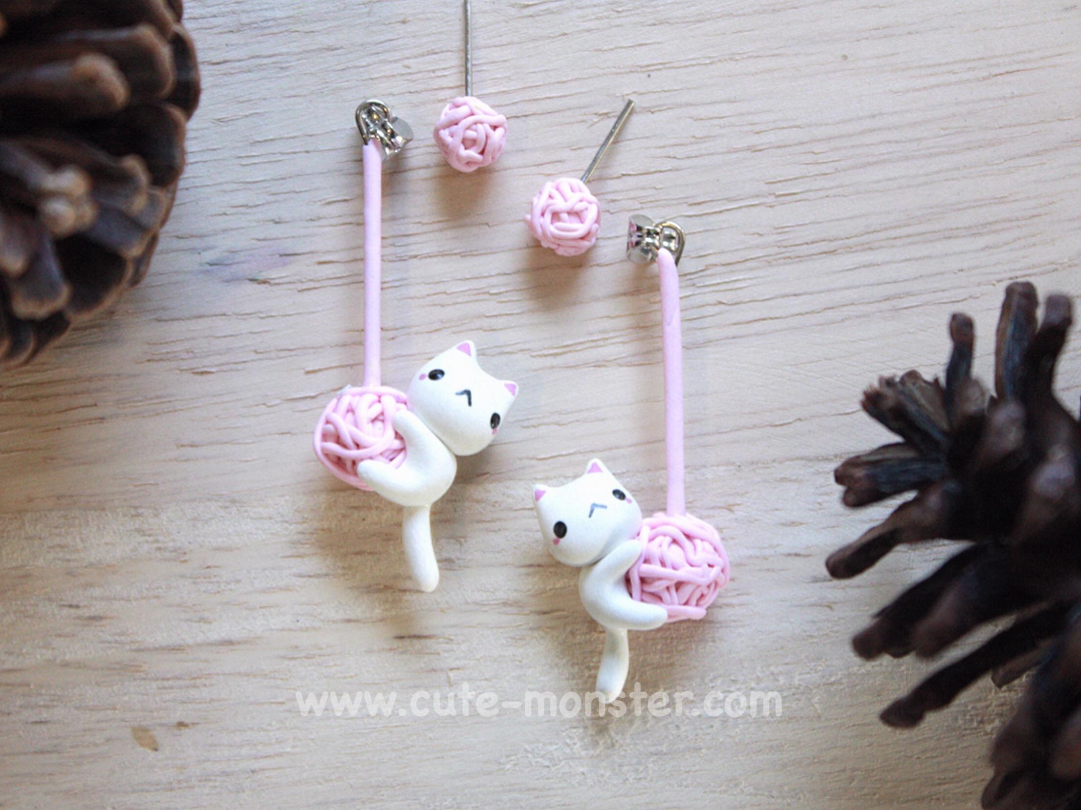 ต่างหูดินปั้น แมวขาวเกาะไหมพรม Little cat & wool (White)