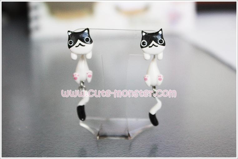 ต่างหูดินปั้น แมวขาวหน้าดำ Black & white cat Earrings