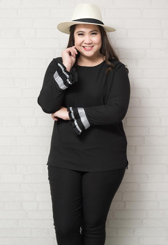 เสื้อแขนยาวสีดำแต่งระบายอัดพลีทปลายแขน