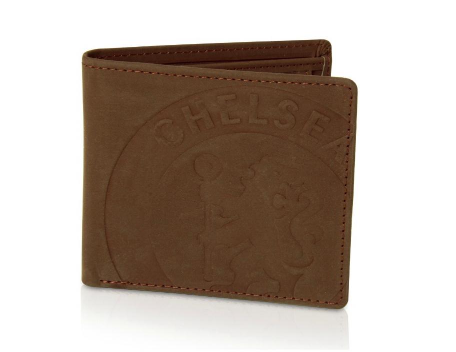 กระเป๋า Chelsea ประทับโลโก้ เชลซี ของแท้ 100% Chelsea Faux Suede Crested Wallet - Brown จากอังกฤษ พิเศษเพื่อ นักธุรกิจ สวย หรู มีระดับ สำหรับสวมใส่ เป็นของฝาก ของที่ระลึก ของขวัญ วันสำคัญ