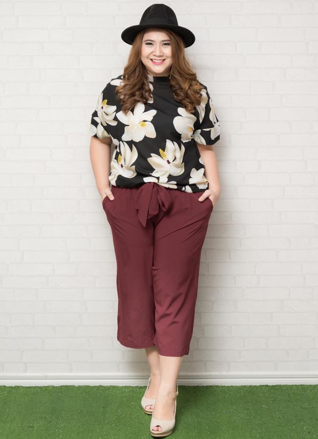 SET 2 ชิ้น เสื้อผ้าไซส์ใหญ่แขนล้ำสีดำพิมพ์ลวดลายดอกไม้สีขาว + กางเกงขาห้าส่วนสีแดงเลือดหมูมีผ้าผูกเอว
