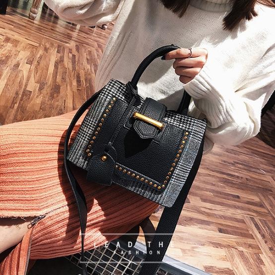 [ พร้อมส่ง ] - กระเป๋าถือ/สะพาย สีดำคลาสสิค ลายสก็อต ขนาดกลางๆ ดีไซน์สวยเก๋เท่ๆ ดูดี ไม่ซ้ำใคร มีกระเป๋าลูก 1 ใบ