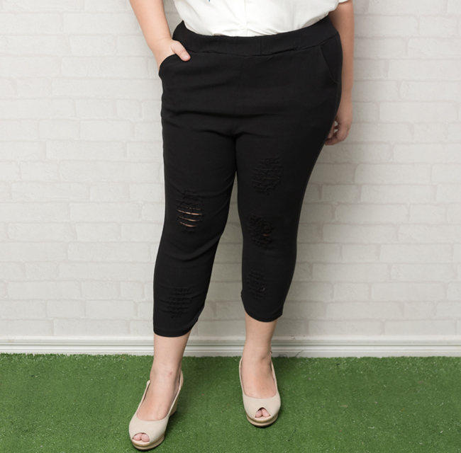 กางเกงขาห้าส่วนสีดำแต่งรอยขาด