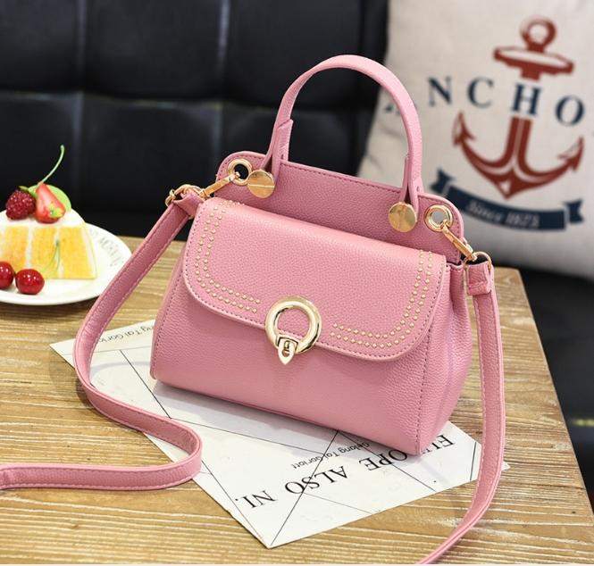 [ พร้อมส่ง ] - กระเป๋าแฟชั่น ถือ/สะพาย สีชมพู ขนาดกระทัดรัด ปักหมุดเท่ๆ ทรงตั้งได้ ดีไซน์สวยเก๋ ดูดี งานหนังสวยมากค่ะ