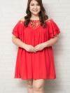 ชุดเดรสสาวอวบแขนสั้นเว้าไหล่ผ้าชีฟองสีแดงแต่งคริสตัลล้อมด้วยลูกปัดสีทองช่วงคอบุซับใน
