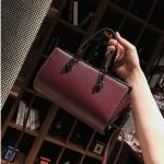 [ พร้อมส่ง ] - กระเป๋าถือ/สะพาย สีไวน์แดง ขนาดกระทัดรัด ดีไซน์สวยเรียบหรู ดูดี งานหนังมันเงาสวย คุณภาพดีค่ะ