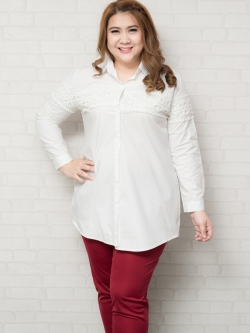 เสื้อเชิ้ตแขนยาวสีขาวแต่งลูกไม้ช่วงอก