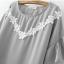 เสื้อผ้าสาวอวบแขนสั้นต่อระบายปลายแขนผ้าชีฟองสีเทาตกแต่งลูกไม้โครเชต์ถักสีขาวด้านหน้า thumbnail 6