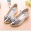 รองเท้าคัชชูเด็กหญิงสีเงิน ประดับโบว์เพชร thumbnail 2