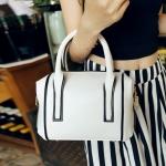 [ พร้อมส่ง Hi-End ] - กระเป๋าแฟชั่น นำเข้าสไตล์เกาหลี สีขาวสุดหรู ขอบดำ ทรงหมอนขนาดกระทัดรัด ดีไซน์แบรนด์ดัง ทรงตั้งอยู่ทรงได้ งานหนังคุณภาพ แบบสวยเรียบหรู ดูดีทุกโอกาสการใช้งาน สาวๆห้ามพลาด
