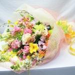 ช่อดอกไม้ โทนสีสดใส สำหรับการเริ่มต้นที่ดีของความรัก