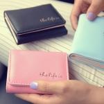 [ พร้อมส่ง ] - กระเป๋าสตางค์แฟชั่น สไตล์เกาหลี ใบเล็ก หนังนิ่มน้ำหนักเบา พกพาสะดวก แบบ 3 พับ กระดุมปิด