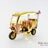 ของที่ระลึกไทย รถตุ๊กตุ๊กจำลอง สีทอง ไซส์ L วัสดุไฟเบอร์กลาส บรรจุในกล่องเรียบร้อย